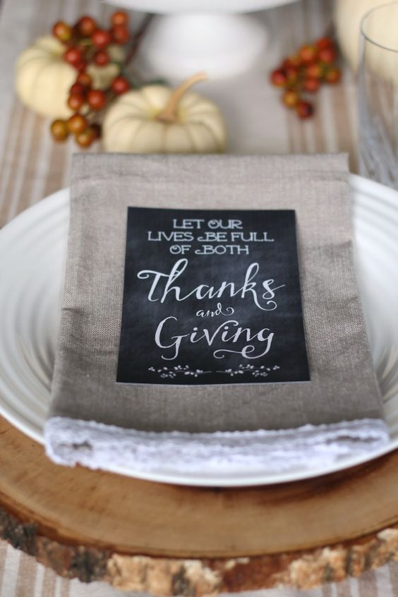 Simple but beautiful ways to decorate your Thanksgiving table.  Free chalkboard Thanksgiving printables included. #Thanksgiving #Thanksgivingtablescape