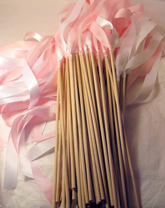 Secouer des rubans au lieu de lancer du riz à la sortie de cérémonie: