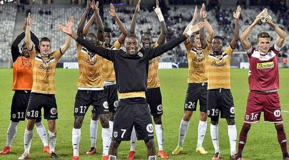 Belle victoire d'Angers SCO 1-0 face à Bordeaux. Pour l'occasion l'équipe inaugurait une nouvelle couleur de maillot. Les Angevins, dominés mais solidaires à Bordeaux, ont fait bloc et appliqué à la lettre le plan mis en place par Stéphane Moulin. Juste ce qu'il faut pour doubler leur capital points.
