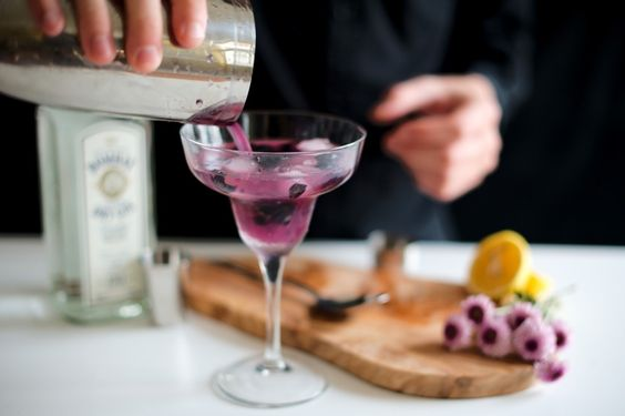 Tom Berry Collins #berries #blueberry #shaker #margarita #drink #cocktail  > www.eatcolorsdrinkvibes.com