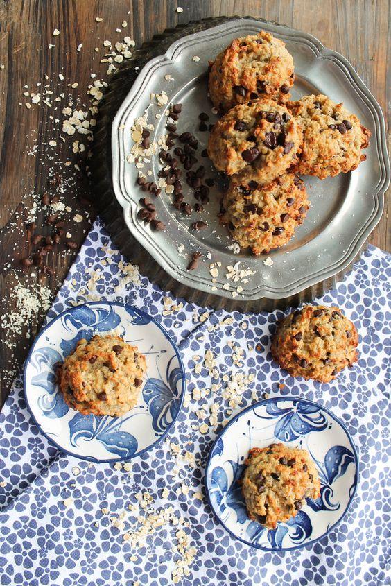 Cookies avoine et chocolat {vegan} - Ingrédients : 250 g de flocons d'avoine, 100 g de poudre d'amande, 5 cl d'huile de noix de coco, 4 bananes mûres...