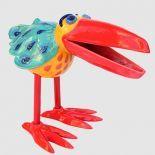 """Frech, fröhlich, mal mit einem Flunsch-Schnabel, mal keck in den Himmel gereckt, mit leuchtend gelben oder roten Schnäbeln und kräftigem Gefieder - die Spaßvögel von Petra Hüser sind echte """"Blickfänger"""" sowohl in der Wohnung, als auch im Garten."""
