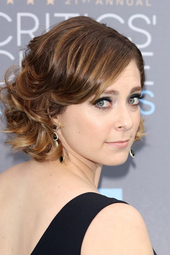 Pin for Later: Arretez Vous et Admirez les Plus Beaux Beauty Looks des Critics' Choice Awards Rachel Bloom