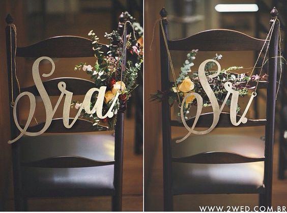 Essas são as nossas placas das cadeiras! Só precisa colocar uma florzinha para ficar assim linda!!