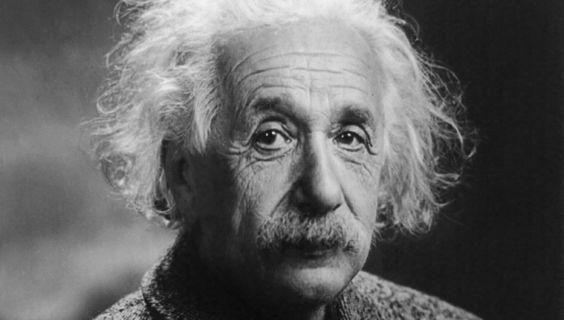 優しいまなざしで見つめているアルベルト・アインシュタインの壁紙・画像