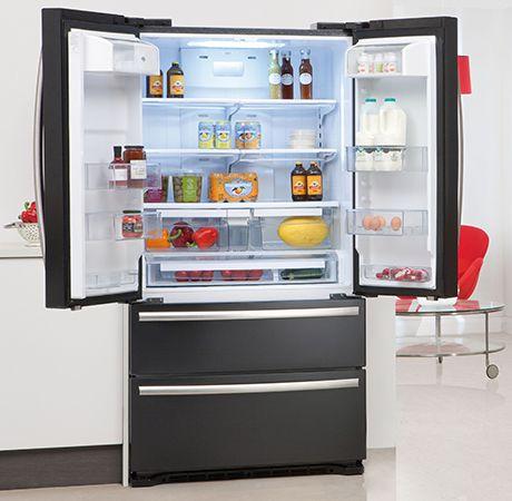 Para Frigorífico  Mesmo se você limpar toda a comida estragada ou estragado, seu frigorífico muitas vezes pode reter o cheiro fedido. Isto é geralmente devido sucos ter gotejado e coradas no interior do frigorífico. Basta mergulhar um pano em água oxigenada e limpe o interior do seu frigorífico.