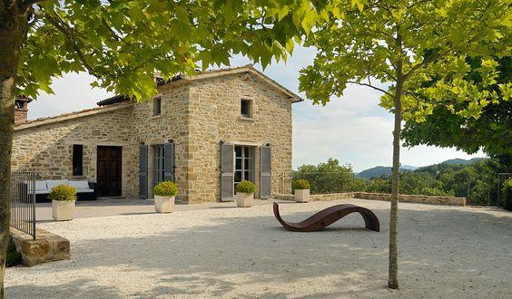lavillaumbria.com, ab 640 € pro Woche In+sonniger+Alleinlage+liegt+die+Villa+Casanova+di+Mesola+auf+einem+13+ha+großen+Grundstück+in+den+Hügeln+in+der+Umgebung+der+umbrischen+Stadt+Gubbio.+Vier+Jahre+wurde+das+heruntergekommene,+alte+Bauernhaus+renoviert+und+in+...