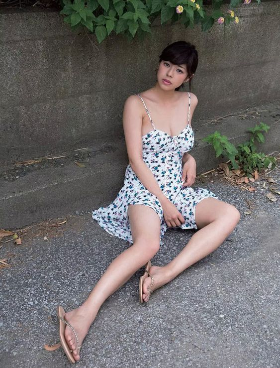 薄着で路上に座り込むわちみなみのエロ可愛い画像