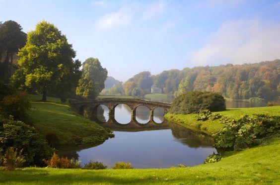 Fotografia di Nick Cable/Loop Images Il Ponte palladiano di Henry Hoare si riflette nel lago dei Giardini di Stourhead