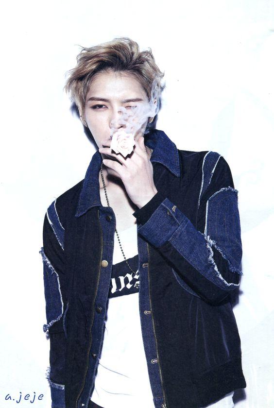 煙草をふかしているジェジュンのかっこいい画像