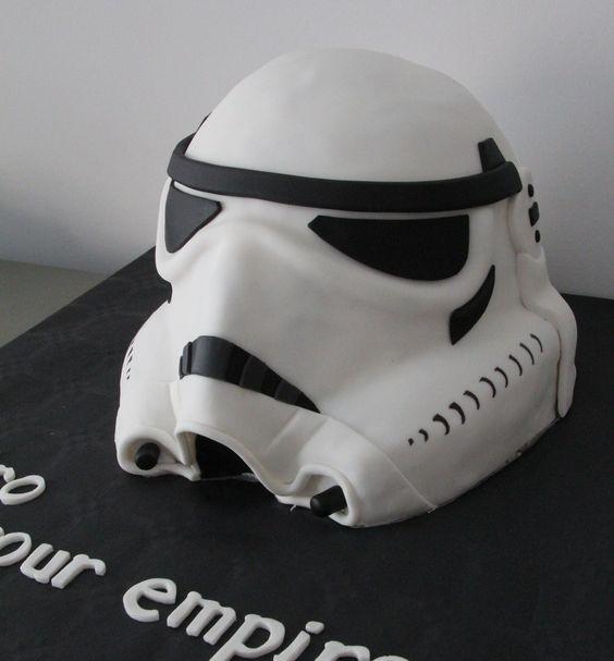 Tarta personalizada en 3 dimensiones como el casco de un guerrero del imperio de la guerra de las galaxias elaborada por thecakeproject en Madrid