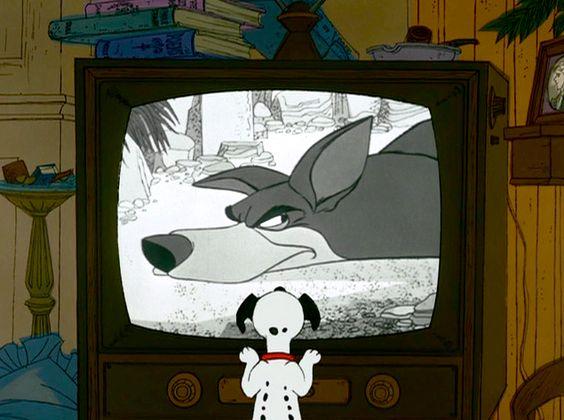 テレビを見る子犬