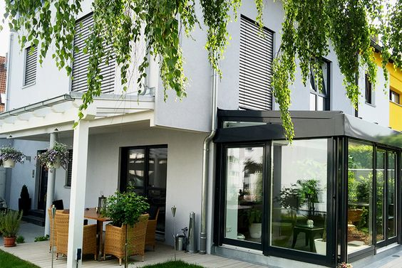 Townhouse mit Terrasse und Wintergarten  #holzbau #holzhaus #reiheneckhaus #nachverdichtung #stadt #townhouse #modern #architektur #architecture #schönerwohnen #einrichten #wohnen #garten #wintergarten #terrasse #sitzgruppe #pflanzen