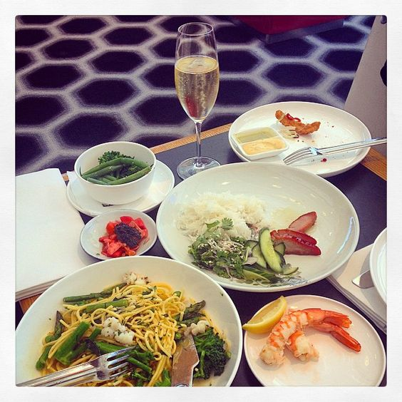 @davebennell: Qantas First Class Lounge - Sydney Great spread! @qantas #neilperry #qantas