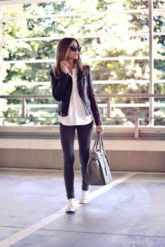 Jean, chemise blanche et la veste en cuir noir - tenue toujours à la mode:
