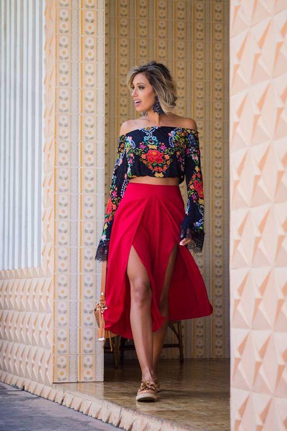 LOOKSLY - Camila Milagres com pantacourt vermelha com fendas e cropped ombro a ombro floral do Verão 2017: