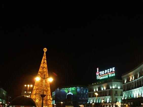El árbol de navidad dorado junto al Tío Pepe en la Puerta del Sol, Madrid.