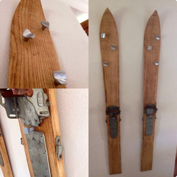 d coration chalet porte manteau skis une paire de vieux skis quelques chevilles quelques. Black Bedroom Furniture Sets. Home Design Ideas