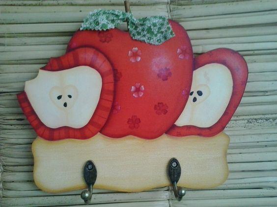 Cabideiro maçã, feito em MDF de 9 mm de espessura. <br>Pintei com tinta acrílica, envernizei com acrílico fosco, decorei com carimbo, canela e tecido. <br>Possui 2 ganchos para chaves e na parte de traz 2 triângulos para pendurar na parede