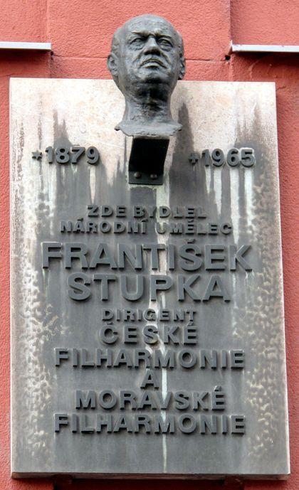 Dirigent František Stupka (* 18. leden 1879, Tedražice, Rakousko-Uhersko - † 24. listopad 1965, Československo) - pra-prastrýc violoncellisty Františka Brikcia