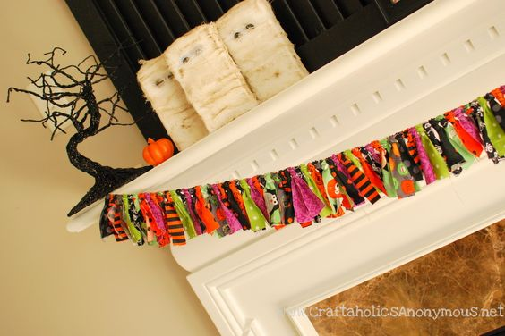 Got a Halloween fabric stash? Put it to use--quick!--with this fun fabric banner from craftaholicsanonymous.net.