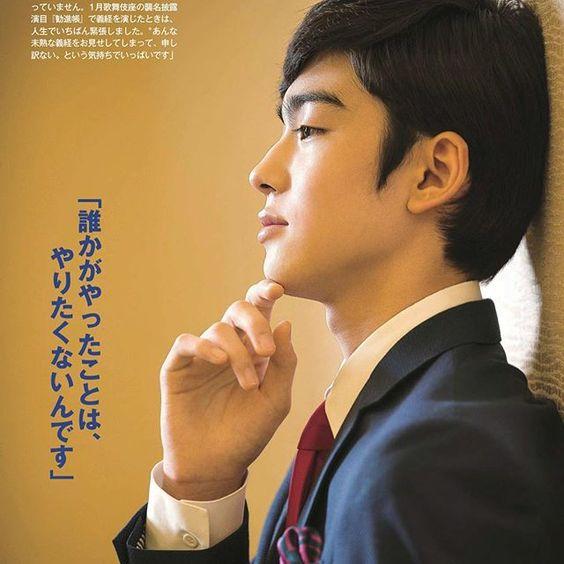 顎に手を当ててポーズを決める八代目市川染五郎のかっこいい画像