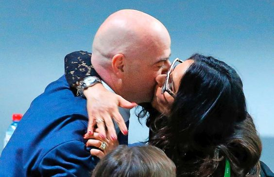 26-Feb-2016 * Gianni Infantino * ist der neue Fifa-Boss !! * Ehefrau Nina gratuliert ihrem Gianni mit einem herzhaften Kuss.