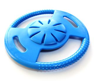 """ハイドロ ソーサー(犬のおもちゃ)  ハイドロシリーズは、おもちゃ中心部に内蔵されている抗菌スポンジに水を含ませて、水分補給とともに遊ばせることができる、画期的かつユニークなおもちゃです。水を含ませた状態で冷凍庫へ入れれば、「冷凍ボーン」「冷凍ソーサー」「冷凍ボール」の出来上がり。特に暑い日などは、ひんやり冷たい""""ハイドロ・アイス""""の出来上がりです。もちろん、水を含ませなければ、丈夫で噛みごたえのあるゴムおもちゃとして存分に遊べます。ボーン、ソーサー、ボールの3タイプございます。"""