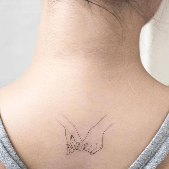 Pinky promise tattoo on the upper back. Artista Tatuador: Hongdam