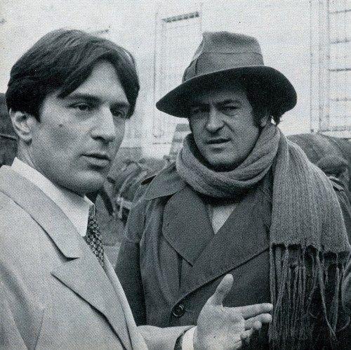"Bernardo Bertolucci e Robert De Niro sul set del film ""Novecento"" , 1976"