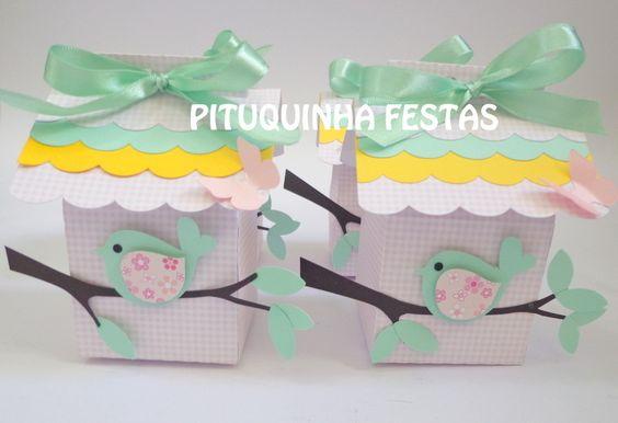 Linda casa de Passarinho <br>Feita em papéis 180gr <br>Diversas cores e estampas <br>Decorada com pássaro <br>Medidas: 6x6 por 10cm de altura <br> <br>***PEDIDO MINIMO DE 16 UNIDADES