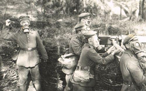 08 Maxim position,crew with 1916 gummimaske respirators