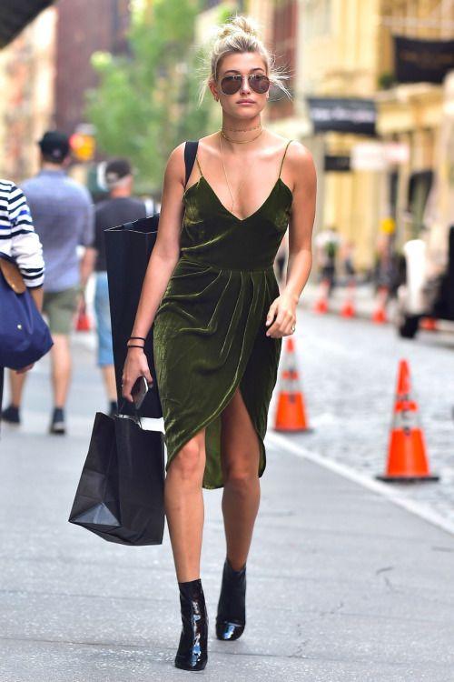 Nếu bạn là một cô nàng nghiện những chiếc váy 2 dây đầy ma mị thì hãy thử một lần lựa chọn chiếc váy này nha bạn sẽ trở nên đậm chất cá tính khi mix cùng vòng trogger và đôi boot cá tính đó