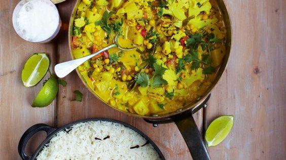 Scharf, aber lecker: Das pikante Gemüsecurry von Jamie Oliver. Nur mit Papadams, Reis und Minzjoghurt das Wahre! Das Rezept zum Nachkochen gibt es hier. So wird das Dinner feurig!