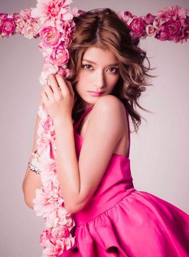 ピンクドレスを着ているローラ
