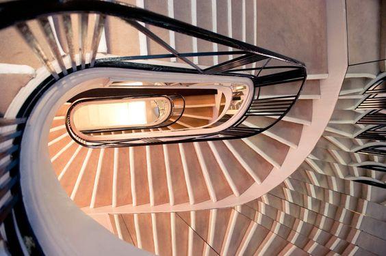 A escada que levava para o apartamento de Coco Chanel sofreu influência Art Déco.