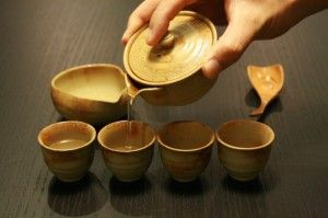 Khi có trà ngon, phải biết cách pha thì mới được nước ngon. Làm thế nào để được nước trà ngon ? Theo những người sành trà, cần phải chú ý các yếu tố sau :  1.Ấm và chén: Có rất nhiều loại ấm để pha trà nhưng dùng ấm sành hoặc ấm sứ …