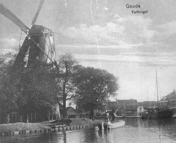 De Korenblom is in 1751 gesticht de Dirk van Arij Negendusent. De huizen die op de overkant van het water te zien zijn, is de Turfsingel. Va...
