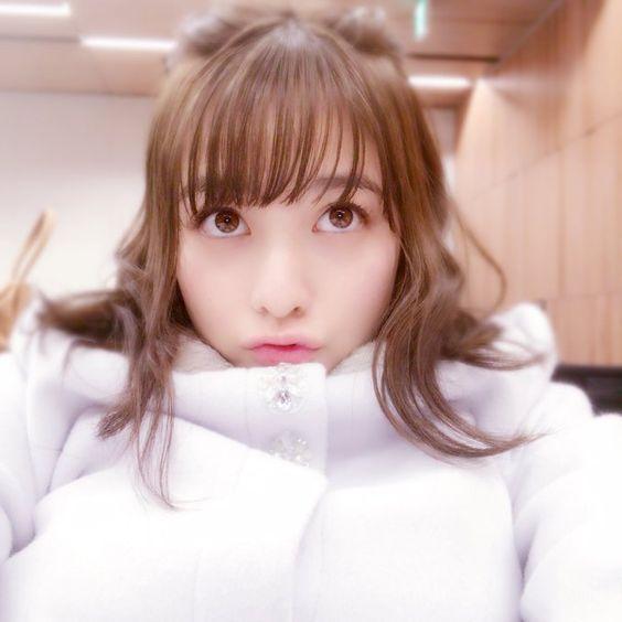 真っ白な服を着た橋本環奈