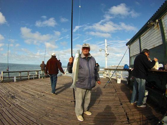 Pescador exhibe pesca de pejerrey con caña en el Muelle La Lucila del Mar.