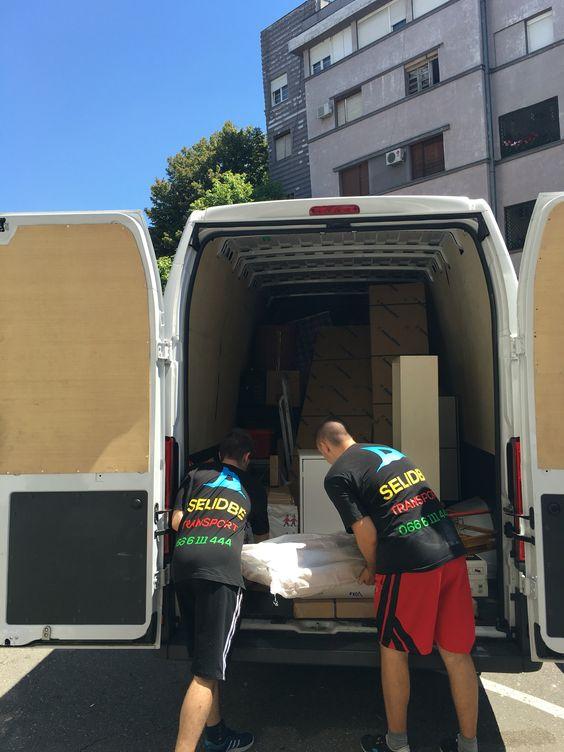 Naš tim pakuje stvari u kombi