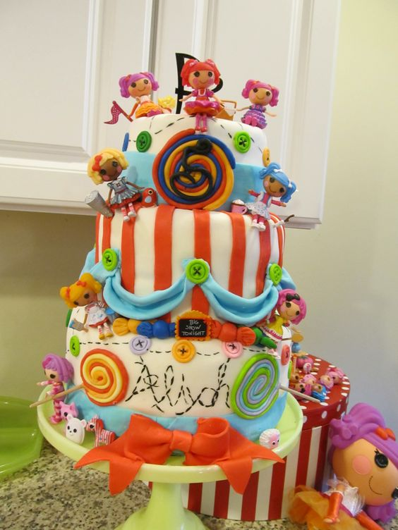I love this cake! The cutest Lalaloopsy cake I've seen.