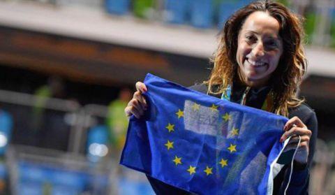 Une escrimeuse italienne agite le drapeau européen sur le podium