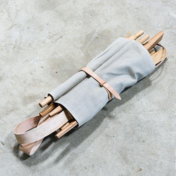 Zusammengelegter Nomad Chair von We Do Wood aus Dänemark - Møbla, Designer-Möbel im Online-Shop.
