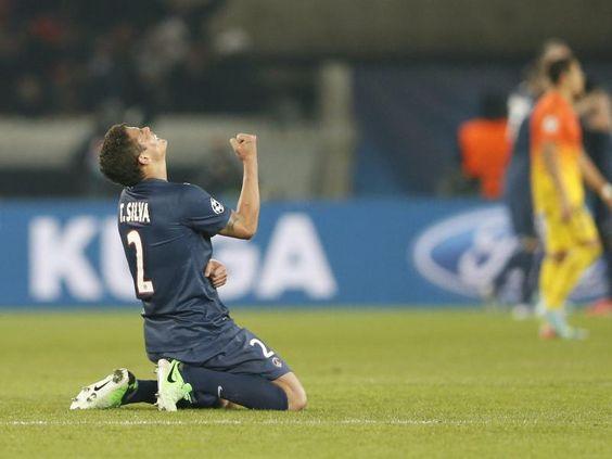 Thiago Silva von Paris Saint-Germain fällt erleichtert nach dem Tor zum 2:2-Ausgleich gegen den FC Barcelona auf die Knie. (Foto: Ian Langsdon/dpa)