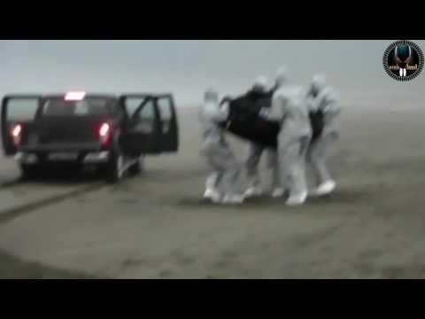 un OVNI sur la plage des Asturies et des homme portant des costumes pour matières dangereuses - YouTube