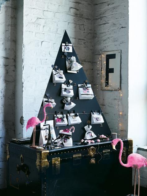 An den Metallklammern der schwarzen Holztafel, die an die Form eines Baumes erinnert, können kleine Papiertüten festgeklemmt werden, die sich nach Lust und...