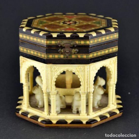 ANTIGUA CAJA JOYERO / PATIO DE LOS LEONES / LA ALAMBRA GRANADA / TARACEA GRANADINA / 12CM X 10,5CM (Antigüedades - Hogar y Decoración - Cajas Antiguas)