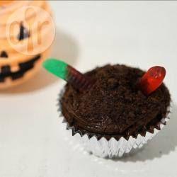 Cupcake de chocolate com minhoquinhas @ allrecipes.com.br -  Cupcakes para Halloween ou festinha infantil