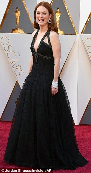 Julianne Moore dons beautiful black Chanel gown for the Oscars 2016 red carpet | Daily Mail Online